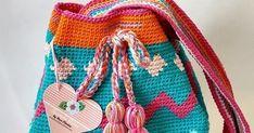 Fiquei apaixonada. Boa tarde meninas! Enfim arranjei um tempinho para postar minha primeira wayuu bag, feita depois de algumas tentativ... Crochet Bags, Fashion Backpack, Purses And Bags, Backpacks, Crochet Pouch, Good Afternoon, Groomsmen, Toddler Girls, Bags