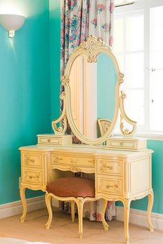 I want this someday! The mirror reminds me of the wardrobe in beauty and the beast!