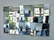 Laurade Santillanasgonfia il vetro dell'aria contenuta, mettendo alla prova le caratteristiche fisiche della materia, e costruisce opere scultoree sovvertendo la tradizione del vetro soffiato. AlessandroDiaz de Santillanafa del vetro le tele dei suoi dipinti, contraltare alla trasparenza e alla tridimensionalità delle sculture della sorella. Ma crea anche superfici in vetro soffiato e specchiato che amplificano, nel continuo rimbalzo di riflessi, l'ambiente espositivo e inglobano lo ...