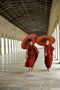 Young Monks in Burma/Myanmar Japan Kultur, People Around The World, Around The Worlds, Vietnam, Travel Photographie, Thailand, Little Buddha, Art Asiatique, Buddhist Monk