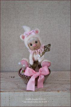 Ours miniature de collection, unique,  en laine feutrée à l'aiguille assis sur son cup cake pique-aiguilles
