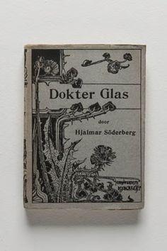 «Dokter Glas» fu pubblicato nel 1905 dopo un travaglio creativo durato due anni. Questo breve romanzo-diario suscitò dapprima scandalo fra i benpensanti e nel mondo letterario, per essere poi riconosciuto come un classico della letteratura svedese moderna.