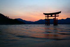 広島の宮島ならではの景色!海に立つ鳥居と弥山から望む島々 | 広島県 | Travel.jp[たびねす]