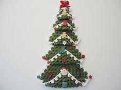 PRONTA ENTREGA.    Enfeite de porta Árvore de Natal em crochê, feito com linha Bella da Pingouin, nas cores: Verde, Branco e Vermelho.  Aplicação de botões nos formatos: Papai Noel, Cajado, Bota, Ginger, Coração, Maçã, Estrela, Poás, Flor e Redondo da WE CARE ABOUT.    28 Botões.  Medida: 31 cm de altura. R$ 45,00