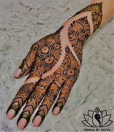 Henna is the most traditional part of weddings throughout India. Let us go through the best henna designs for your hands and feet! Cool Henna Designs, Rose Mehndi Designs, Indian Mehndi Designs, Back Hand Mehndi Designs, Latest Bridal Mehndi Designs, Mehndi Designs For Girls, Mehndi Designs For Beginners, Wedding Mehndi Designs, Beautiful Henna Designs