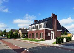 Aan de Dorpsstraat in Assendelft heeft Th. Wever dit dubbele woonhuis gerealiseerd. De woning is ontworpen door AVEM Architecten en ontwikkeld door WeDevelop.  De entree van de woningen wordt omlijst door kunststeen. Hierin zijn ook het huisnummer en de verlichting als ornamenten opgenomen. De woning is opgetrokken uit een donker roodbruine handvormsteen. Door deze in de plint en aan de straatgevel deels terug te leggen, ontstaat op fijnzinnige wijze een verbijzondering van het metselwerk.