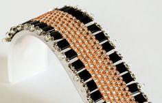 Esta pulsera de la puntada de peyote es tejida con cuentas de plata semillas de melocotón y plata pálido rayado, granos negros de Tila y plata cristal forrado caída de granos. Firmemente tejida con 6 libras Fireline. La pulsera es de 6 3/4 pulgadas de largo (incluyendo plateado