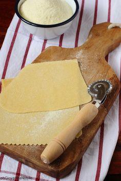 Preparando la pasta all'uovo  Ricetta/recipe: www.lacuocaeclettica.it/