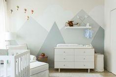 Babyzimmer mit Wandgemälde mit Gebirgen und Wolken