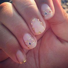 Notre inspiration Nail Art du jour : des ongles nude surmontés de sublimes détails dorés  Retrouvez plus d'inspirations et tutos #nailart sur www.monvanityideal.com  #inspiration #nailart #manucure #nude #stickers #doré #gold #geometric #boho