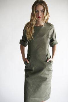 simple green dress with pockets. Mode Chic, Mode Style, Khaki Dress, Green Dress, Vestido Smart Casual, Moda Formal, Casual Chique, Look Fashion, Womens Fashion