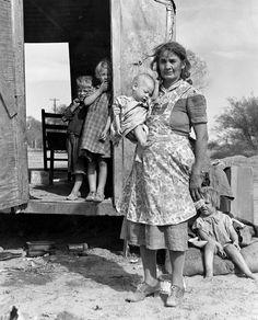 LA GRAN DEPRESIÓN. Una familia vive en un trailer en campo abierto sin agua ni servicios sanitarios. 1940,  Maricopa County, Arizona.