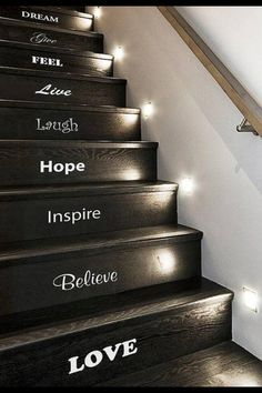 Escalier noir avec inscriptions blanches