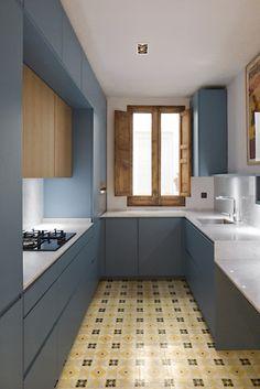 Cocina modelo AQUA de www.logoscoop.com sin tirador. Bajos lacados en tono azul y colgantes de madera. Suelo hidraulico recuperado.