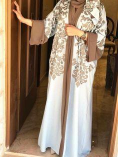 Abaya Fashion Source by Sitedetailleplus Abaya Dubai, Abaya Fashion, Fashion Dresses, Abaya Designs Dubai, Covet Fashion, Bohemian Fashion, Petite Fashion, Burqa Designs, Moda Hijab