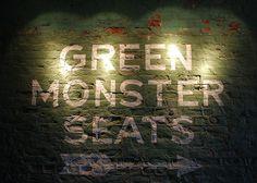 BASEBALL | BOSTON RED SOX ■ Le stade de Fenway Park est notamment célèbre pour le « Green Monster » (le Monstre-Vert), un mur haut de 37 pieds (11 mètres) dans le champ gauche, qui comprend toujours un tableau d'affichage manuel