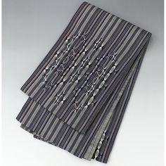 おしゃれ袋帯 紬地の縦縞に変わり織り【送料無料】 【中古】【仕立て上がりリサイクル帯・リサイクル着物・リサイクルきもの・アンティーク着物・中古着物】【楽天市場】 【 お太鼓柄 】 <柄> 落ち着いた灰色と紫を基調におしゃれな縞模様で、お太鼓部分は変わり織りになっています。 裏地は灰色にうっすらと黄色が入った縞で、裏面でも使えます。 とても柔らかいあたたかみのある生地感です。  <シチュエーション> 小紋や紬、色無地などと合わせておしゃれ着に、普段着に、街着にお使いください。 同じ紬系の帯と合わせると素敵ですね。  <風合> とても柔らかくしなやかな風合いです。 あたたかみのある紬地で、帯芯が入っています。  <状態>  特に目立つ汚れはありません。 裏地にところどころ黒い節が入っています。 その他気になる点はなく、良好な状態です。