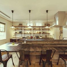 RoomClipユーザーの素敵なキッチンを紹介する「憧れのキッチン」連載。 今回は、爽やかさと木のぬくもりが融合したカリフォルニアスタイルで人気のtokageさんのキッチンをご紹介します。 Cafe Interior, Kitchen Interior, Interior Design, Concrete Kitchen, Studio Kitchen, Cafe Style, Cafe Bar, Home Kitchens, Dining Room