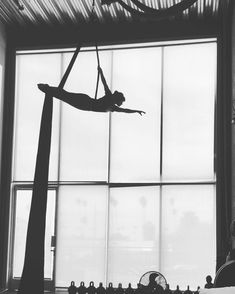 How a professional filmmaker-turned aerialist photographs her silks lessons. Aerial Hammock, Aerial Dance, Aerial Hoop, Aerial Arts, Aerial Silks, Erin Brown, Flexibility Training, Fun Places To Go, Old Video
