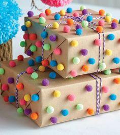 How To Make Pom-Pom Wrapping Wie man Pom-Pom-Wrapping macht Birthday Gift Wrapping, Christmas Gift Wrapping, Diy Birthday, Christmas Crafts, Birthday Gifts, Gift Wrapping Ideas For Birthdays, Baby Gift Wrapping, Wrapping Gifts, Creative Gift Wrapping