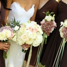 @sarah ralstin--- love the bridesmaids bouquet!!