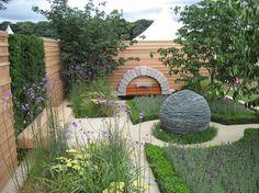 aménager un petit jardin avec pelouse verte, parterres de fleurs et sculpture design en pierre