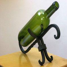 Botellero en hierro forjado. Soporte clásico para botella de vino. Una pieza única y original ya que está hecha en forja artesanalmente sin ningún molde.