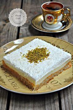 Muhallebili Etimek Tatlisi Banana Dessert Recipes, Cake Mix Recipes, Lemon Desserts, Easy Cookie Recipes, Easy Desserts, Meat Recipes, Simple Recipes, Cake Mixes, Fish Recipes