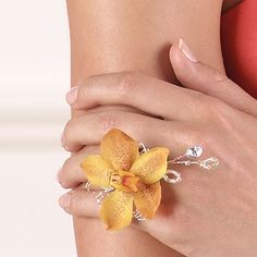 How clever! A ring corsage instead of the bulky wrist thing. Bulky wrist thing? Um no. This is a crime against prom! Corsage. Corsage. Corsage.