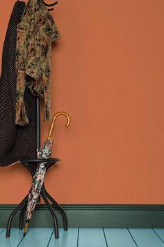 couleur terracotta orange bleu association parquet vert -blog deco- clem around the corner idée mur d'entrée avec son porte manteau et son sol bleu décalé ambiance originale manteau et veste vintage fleuris et à pois dans des tons marron et noir #terracotta #orange #sol #bleu #blue #vert #green #portemanteau #manteau#coat #parapluie #umbrella #fleurs #flowers #pois #noiretblanc #blackandwhite #interiordecor #veste #marron #brown