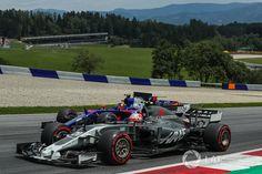 DNF, Kevin Magnussen, Haas F1 Team VF-17, Carlos Sainz Jr., Scuderia Toro Rosso STR12 battle for position