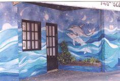 Delfines en la fachada de un salón de fiestas