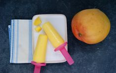 Sucettes glacées à la mangue Agaves, Plastic Cutting Board, Carrots, Vegetables, Food, Coconut Water, Ice Pops, Mango, Carrot