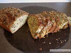 1 plakje koolhydraatarm courgettebrood als het nog warm is met roomboter en extra belegen boerenkaas, ohw... je weet niet wat je proeft! Onweerstaanbaar lekker! Savoury Baking, Healthy Baking, Healthy Snacks, Best Low Carb Bread, Lowest Carb Bread Recipe, Low Carb Quiche, Low Carb Meatloaf, Cooking Bread, Go For It