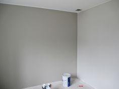 """maalit """"Alakerran makuuhuone, takaseinän väri on Tikkurilan X487 (Laasti). Sivuseinän väri on Tikkurilan Y486, joka on samalla myös talon pääväri. Jokaisessa makuuhuoneessa on varauduttu Ledinauhoilla toteutettavaa epäsuoraa valaistusta varten. """""""
