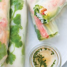Get tips from Kareen Grondin to make perfect spring rolls at home. Ricardo Recipe, Mets, Spring Rolls, Fajitas, Strawberry Shortcake, Fish And Seafood, Chinese Food, Fresh Rolls, Seafood Recipes