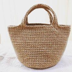 夏も編み物を楽しもう♪夏バッグの定番、麻紐を使ったかごバッグの編み方を初心者さん向けに紹介します。小さめマルシェバッグ・トートバッグ・クラッチバッグ・ボーダーにしたり配色を変えて切り替えにしてもとっても可愛いですよ♡