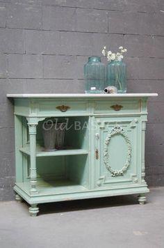 Onderkast 10236 - Schitterende zeer unieke oude onderkast in een zacht groene kleur. De kast heeft sierlijke details, zoals de deur met bloemen krans. Het meubel is een plaatje om te zien!