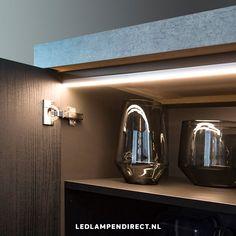 Geef jouw keuken een upgrade met kastverlichting! Door de verschillende elementen geschikt voor elke kast en uit te breiden met sensoren die de verlichting automatisch aan- en uitschakelen. Ideaal!  Led Lamp, Wall Lights, Lighting, Modern, Home Decor, Appliques, Trendy Tree, Decoration Home, Room Decor