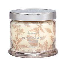 Pots à bougie 3 mèches CHEMIN BOISÉ – Le bois de santal chaud se pare d'ambre et se laisse caresser par une fraîche brise d'agrumes et de cardamome.