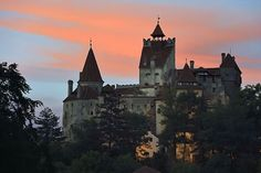 Castillo de Bran, Rumanía https://espadasdetoledo.com/es/blog-espadas-toledo-damasquinado/89-escapadas-castillos-medievales-turismo-patrimonial