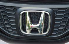 """Logo Honda - O logo da Honda é obviamente um grande H e pouco se sabe sobre o seu significado. Especula-se que o logo busca inspirar confiança e durabilidade com suas linhas grossas. Também se diz que a abertura maior na parte de cima do H representa braços abertos em direção ao céu em busca de sonhos, o que reflete o lema oficial da empresa: """"O poder dos sonhos""""."""