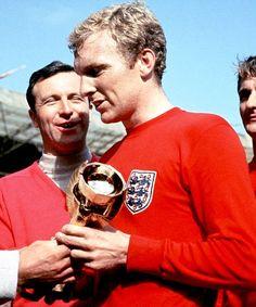 Sir Bobby Moore, Campeon Mundial de 1966. Defensor central del West Ham Ud durante toda su vida profesional, en el equipo ideal del Siglo XX del futbol ingles.