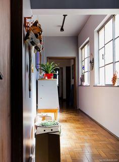 13-decoracao-corredor-tinta-cinza-moveis-vintage