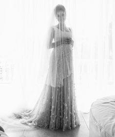 O vestido de noiva da atriz Sophie Charlotte e seu casamento charmoso e discreto em Niterói. A noiva foi maqueada e penteada pelo pai e o vestiro era uma visão