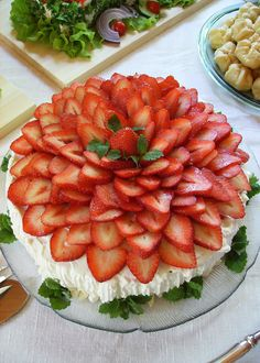 Love how this is decorated! Strawberry Pavlova, Strawberry Shortcake, Strawberry Fields, Vegetable Decoration, My Favorite Food, Favorite Recipes, Delicious Desserts, Dessert Recipes, Romanian Food