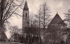 Oud Almelo, de Bornebroeksestraat met de St. Egbertus Kerk en de pastorie.