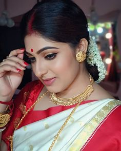 Indian Gold Jewelry Near Me Info: 3944673304 Beautiful Girl Indian, Beautiful Girl Image, Most Beautiful Indian Actress, Beautiful Saree, Beautiful Actresses, Simply Beautiful, Beautiful Women, Bengali Bridal Makeup, Indian Bridal Fashion