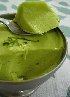 MOUSSE OF Avocado: large and ripe avocado 2 cups low-fat yoghurt Juice of 2 large lemons 7 tablespoons (soup) shallow crystal sugar 1 pack of colourless gelatin (prepared as instructed) Vegetarian Recipes, Cooking Recipes, Healthy Recipes, My Favorite Food, Favorite Recipes, Portuguese Recipes, Pavlova, I Foods, Love Food