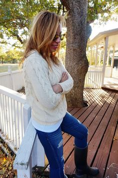 white sweater, distressed jeans, black hunter boots, ray-ban aviators, preppy style